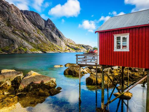 shutterstock_501255535_Norwegen_Nusfjord_Lofoten_Stelzenhaus_Felsen_Bucht_500.jpg