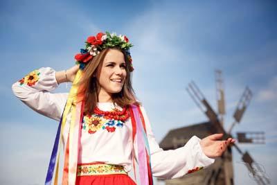 shutterstock_480031984_Ukraine_Pirogovo_Menschen_Frau_Tracht_sm.jpg