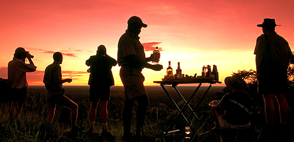 Sundowner bei einer komfortablen Zeltsafari in Botswana